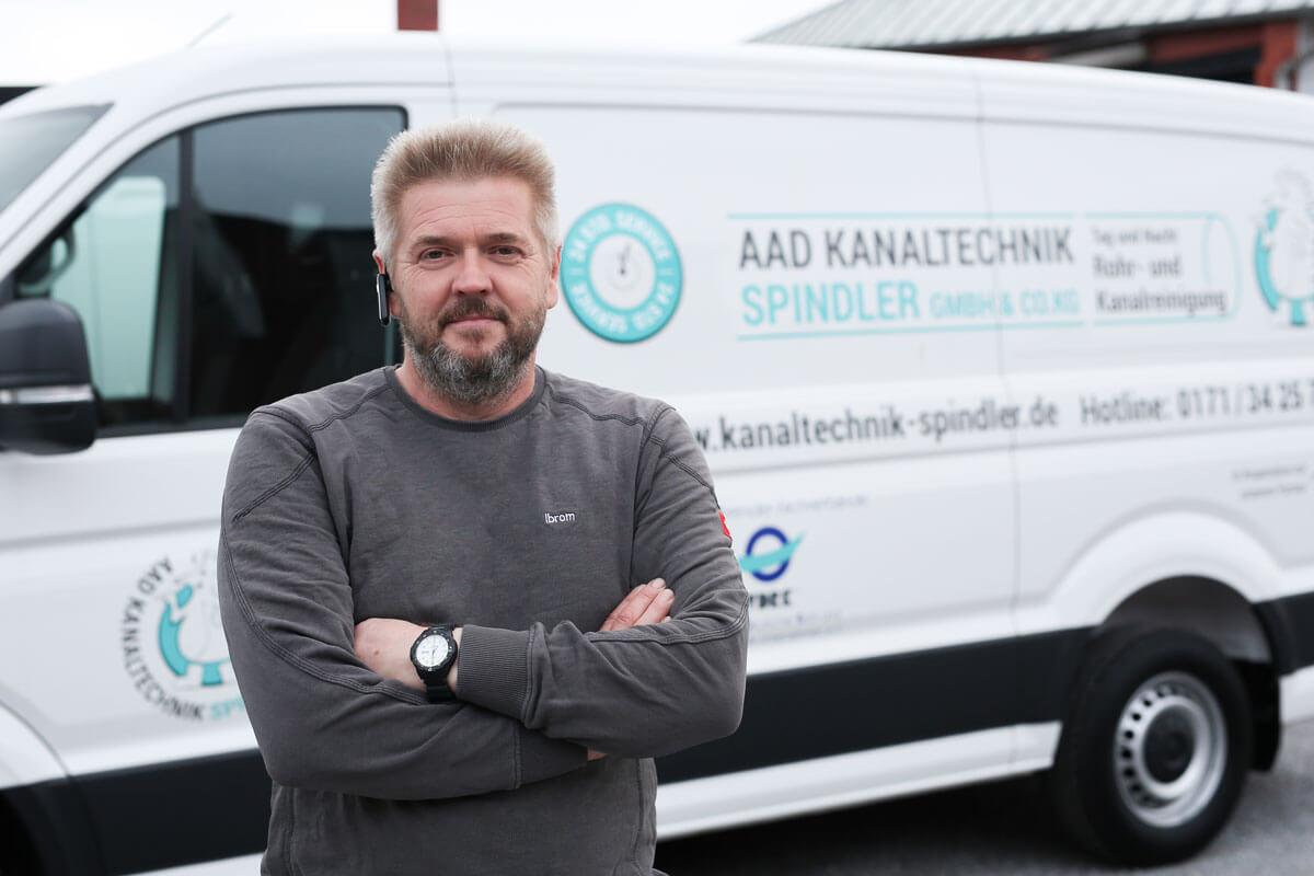 AAD Kanaltechnik Spindler GmbH & Co. KG Mitarbeiter vor einem Fahrzeug